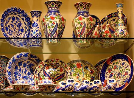 Wertvolles Porzellan in die Inneneinrichtung integrieren