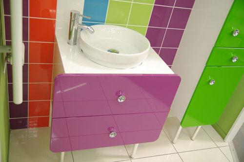 Mehr wie nur ein stilles Örtchen – ist ein Badezimmer mit dem dazu gehörigen Möbeln