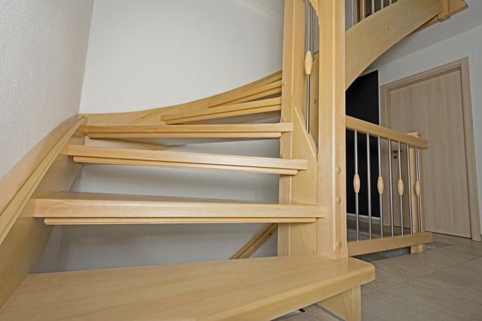 Stillvolle Holztreppen nach Maß – verleihen Ihrem zu Hause Charme