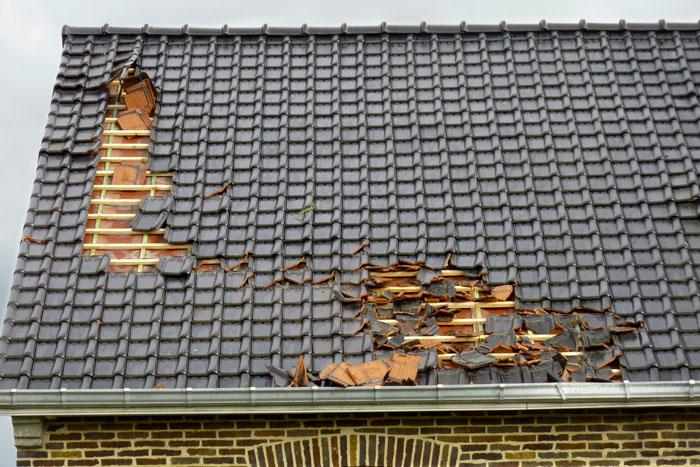 Dachziegeln sturmsicher machen bei einem Neubau oder bei einer Dachrenovierung – ist sehr wichtig