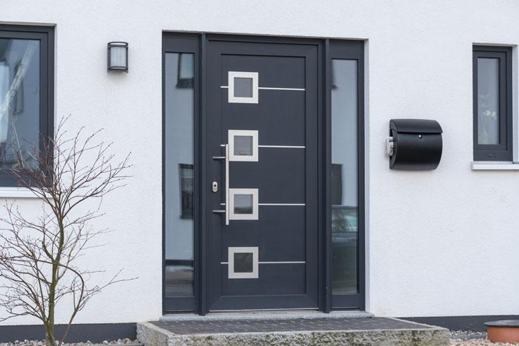 Besonderes Design: Haustür mit Seitenteil wird zum Hingucker