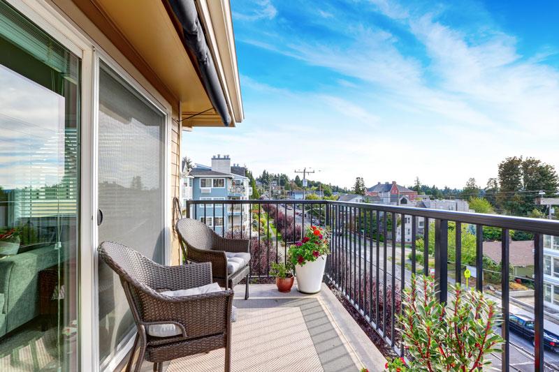 Holz, Stein oder Fließen? Was ist der beste Balkonboden?