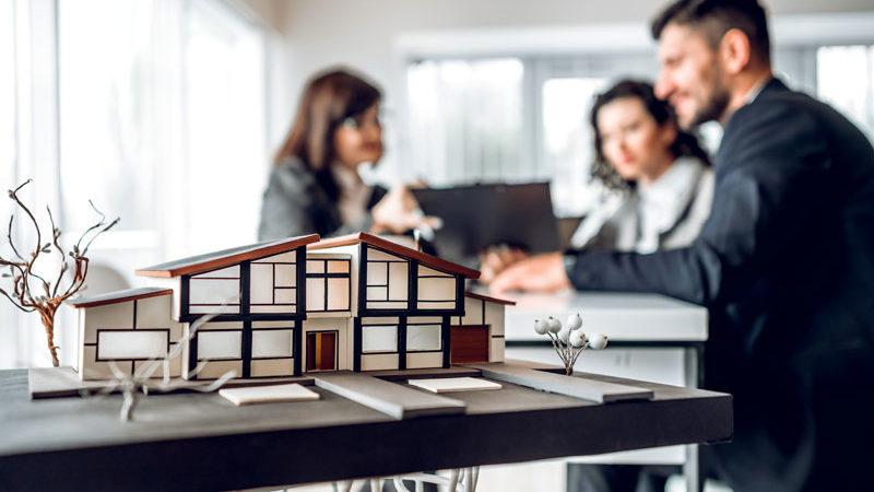 Hausverkauf mit Makler – diese Aufgaben übernimmt der Experte
